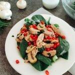 Spinatsalat mit Schweinefilet, Granatapfel an Gorgonzoladressing