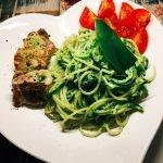Low Carb Zucchininudeln mit Bärlauchpesto, Schweinefilet und Tomatensalat
