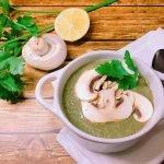 Cremesuppe aus Champignons und Petersilie
