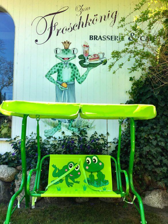 Frosch-Schaukel im Garten des Froschkönigs auf Rügen