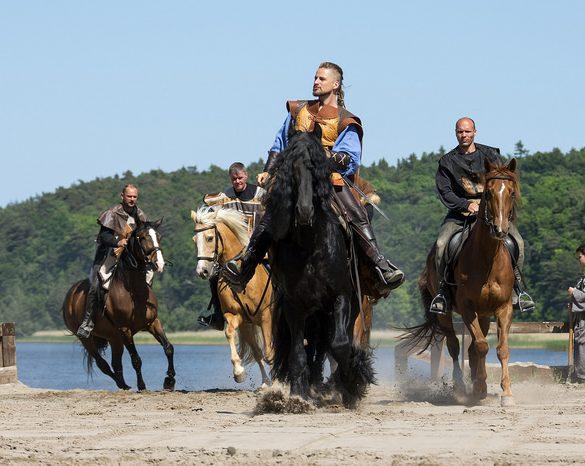 Pferde und Reiter bei den Störtebeker Festspiele auf Rügen