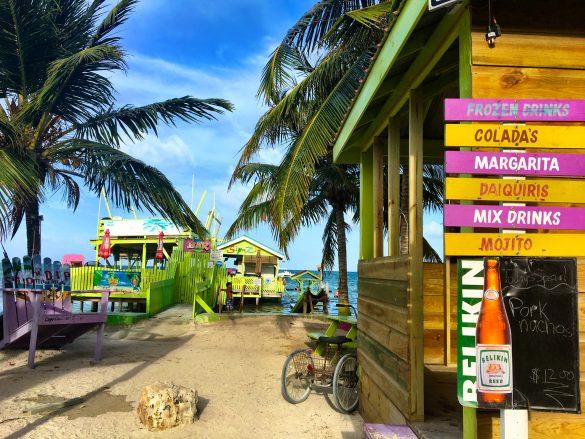 Bars am Strand auf Caye Caulker
